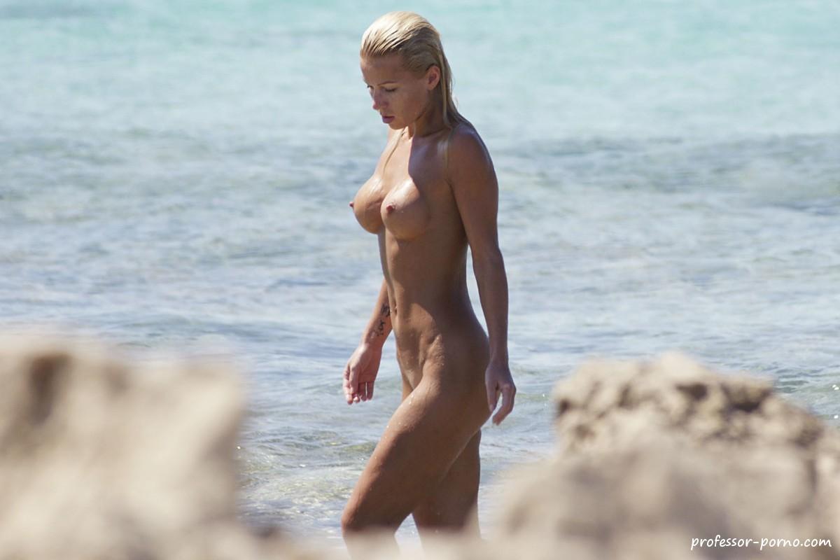 Nackte blondinen am strand