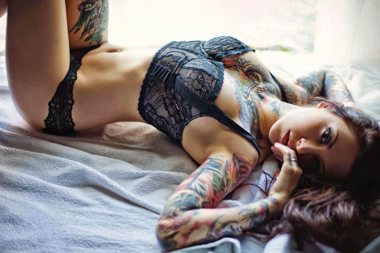 Seductive tattooed ebony posing nude
