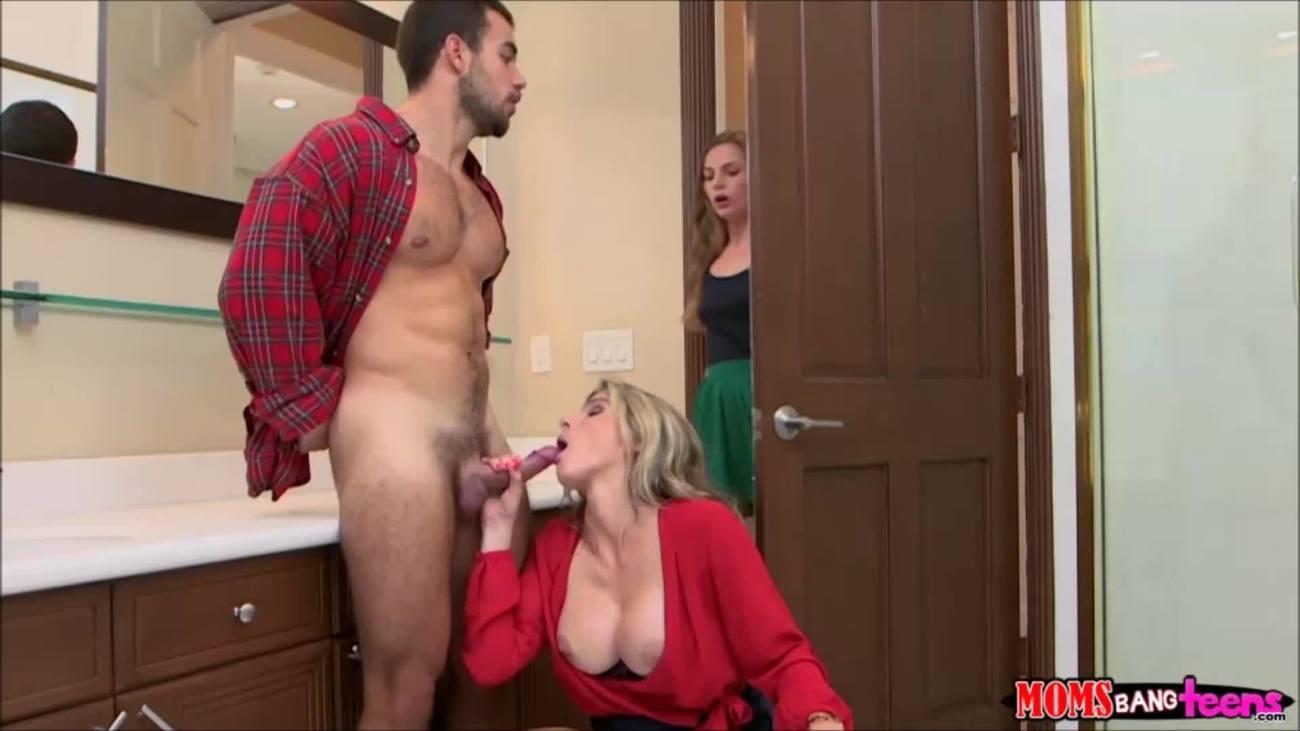 Мачеха сосет хуй пасынка при муже порно