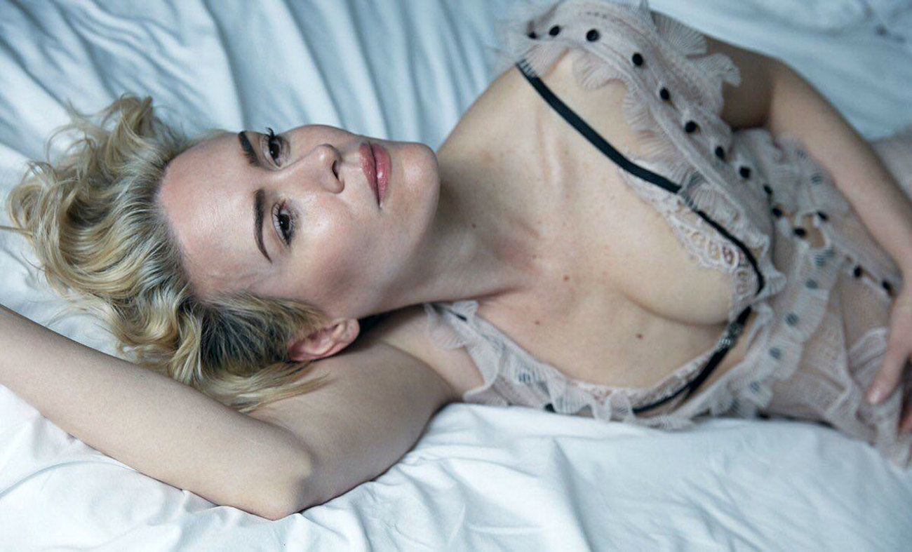 Sarah Paulson Nude Flashes Her..