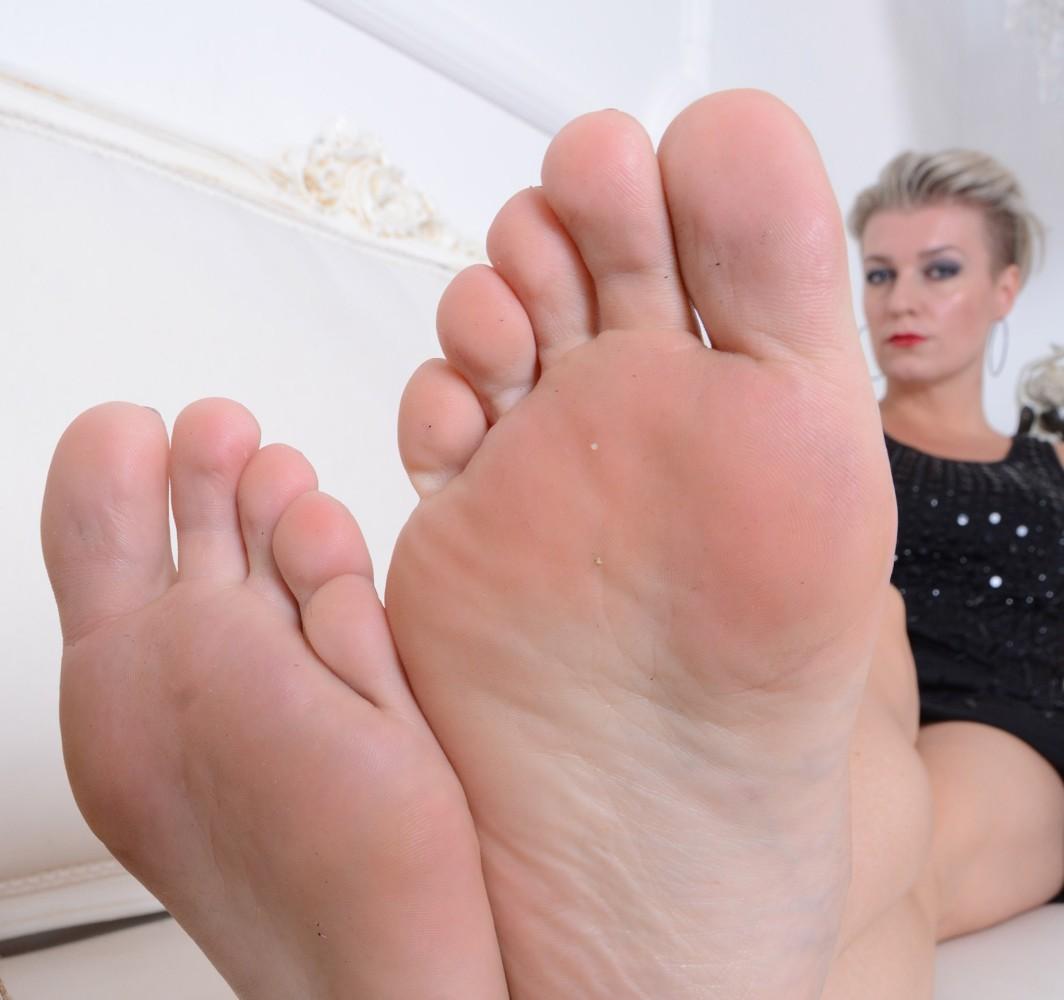 Off colour MILF Feet size 42 -..